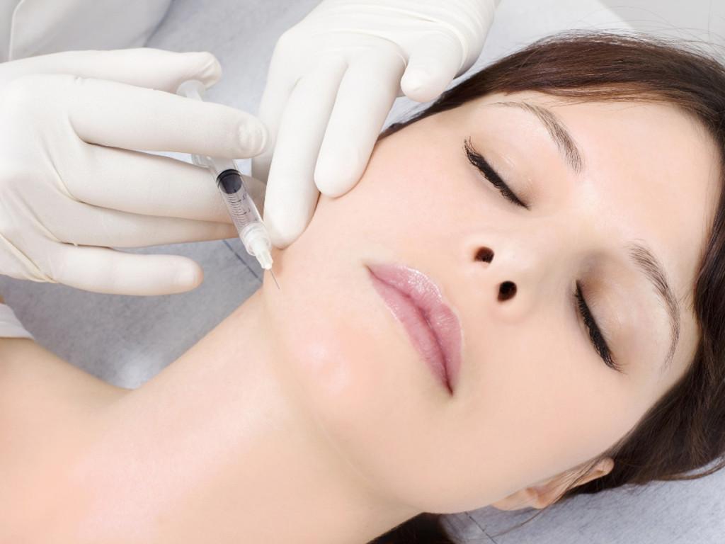 tiêm botox có làm khuôn mặt bị cứng đơ?
