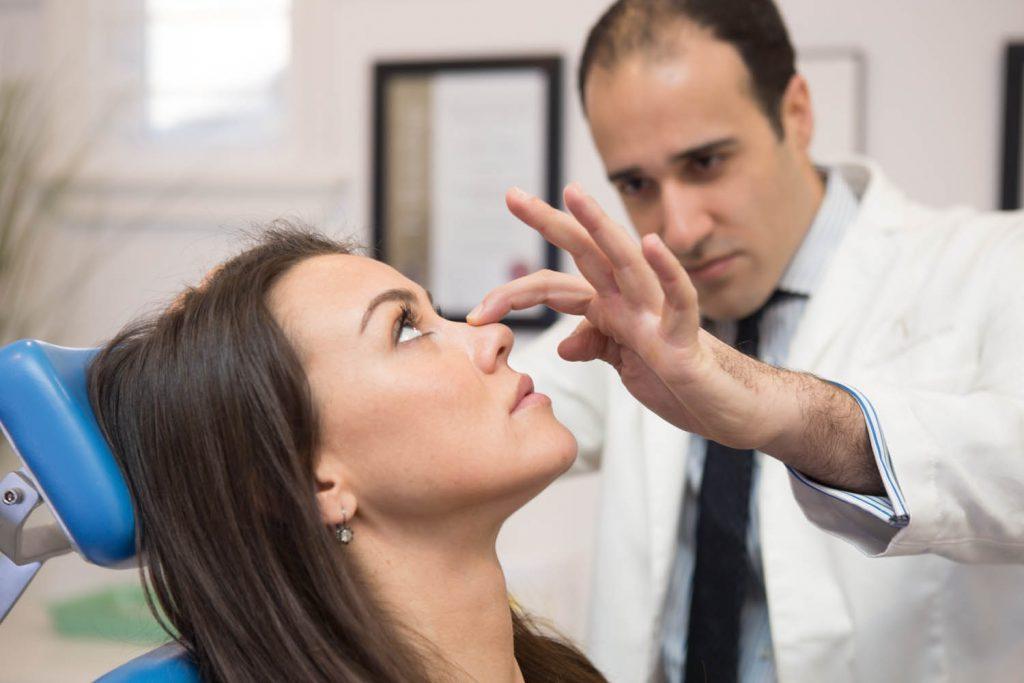 bác sĩ kiểm tra mũi