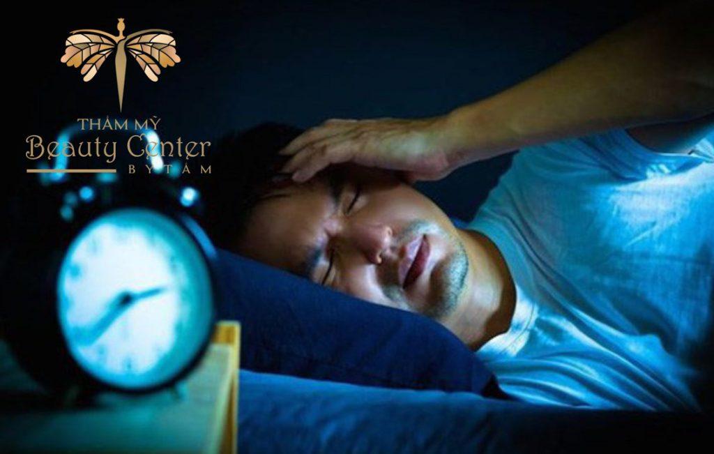 thiếu ngủ là nguyên nhân gây giật mắt trái