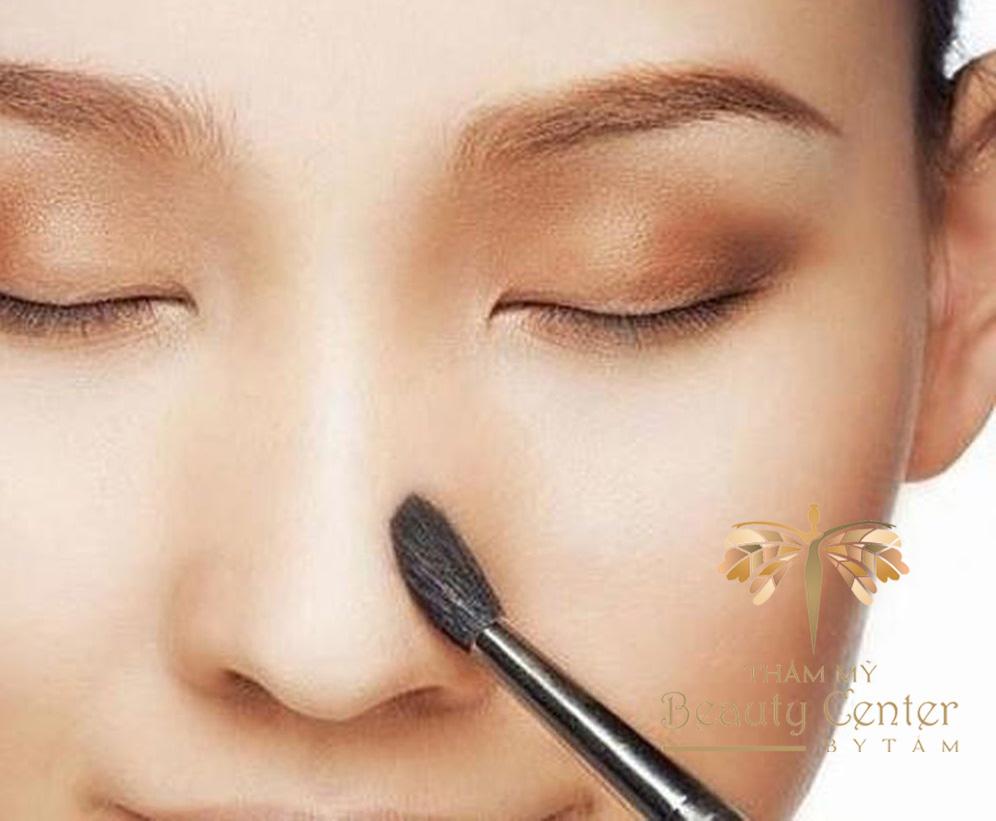 trang điểm khắc phục mũi tẹt