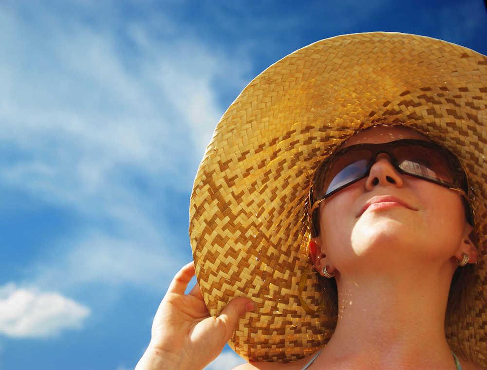 kiêng ánh nắng mặt trời sau điêu khắc lông mày