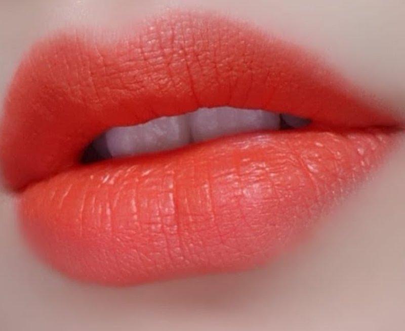 phun môi đỏ cam