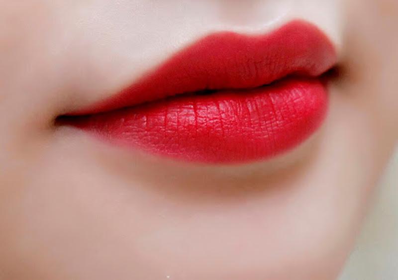 phun môi đỏ tươi