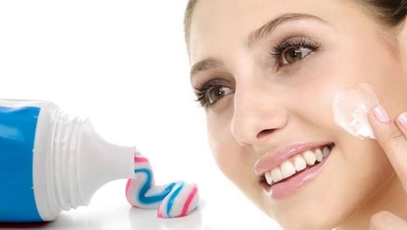 dùng kem đánh răng trị mụn