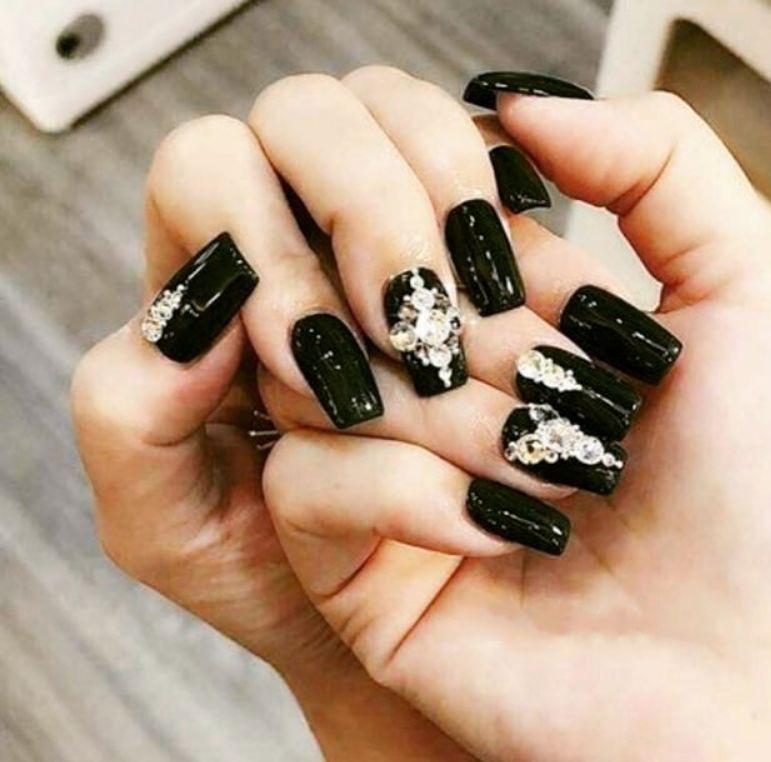 Móng tay đính đá tone đen