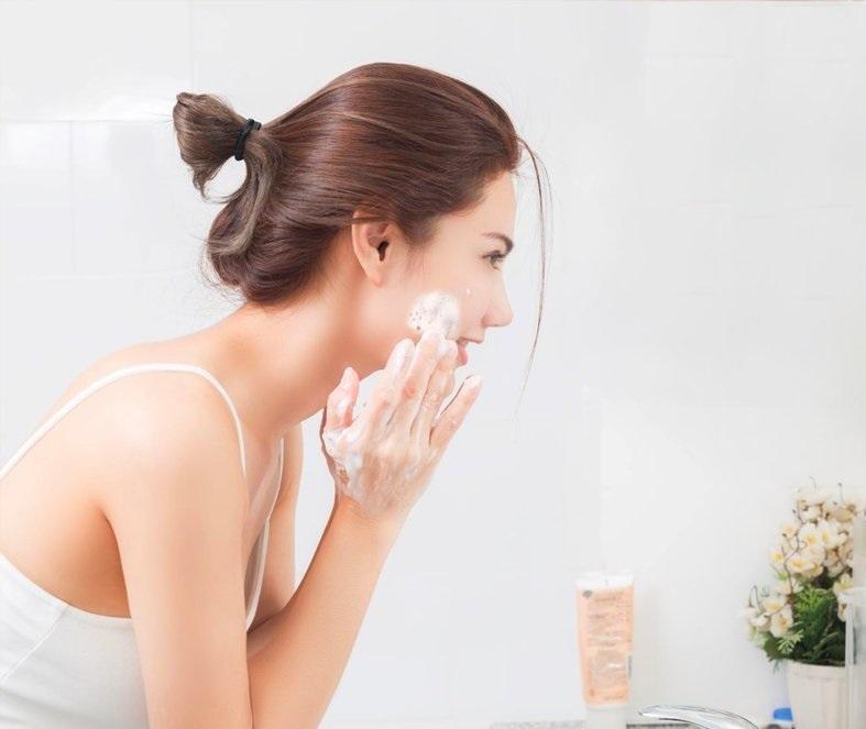 làm sạch da bằng sữa rửa mặt
